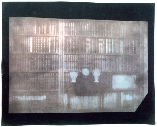 "William Henry Fox Talbot: ""Bookcase"" at Lacock Abbey, 26. November 1839"
